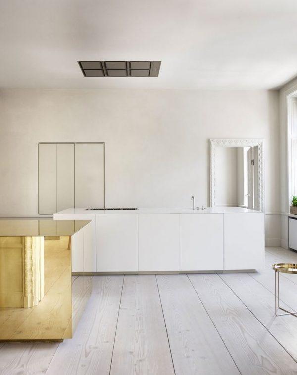 деревянный пол на белой кухне