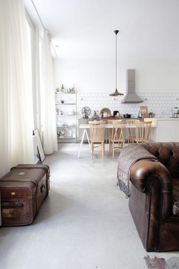 кожаный диван на белой кухне