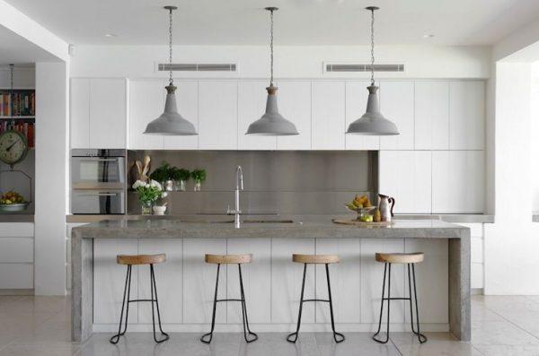 табуретки на белой кухне