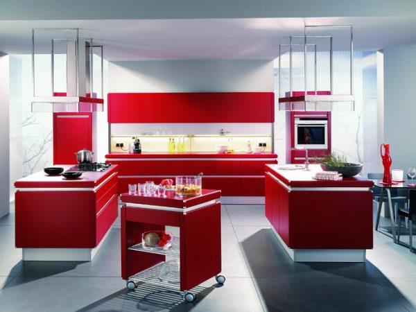 интерьер белой кухни с красным цветом