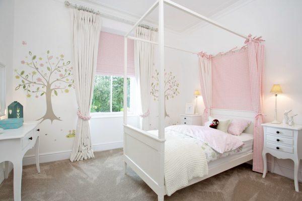текстиль на окнах и кровати в детской девочки