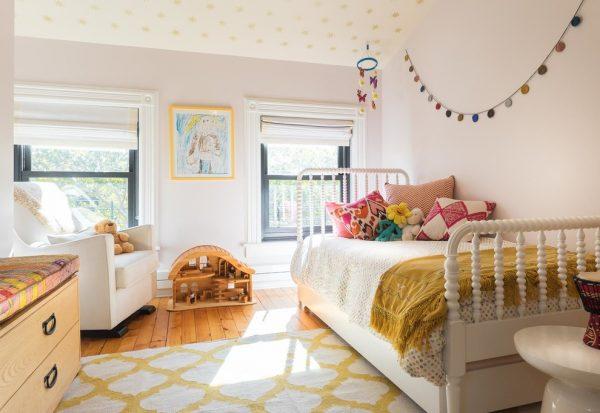 персиковая комната девочки с гирляндой