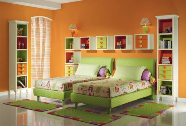 зелёные кровати в детской для двух детей