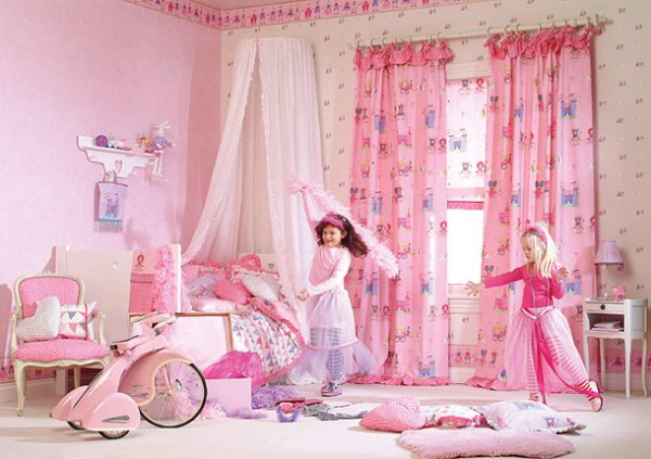 розовые шторы в интерьере комнаты для девочек