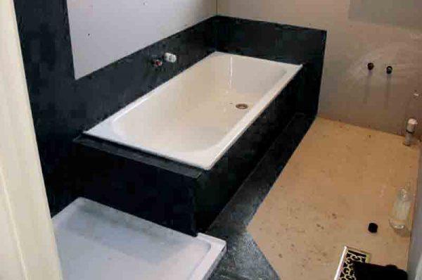 нанесение мастики на стены в ванной