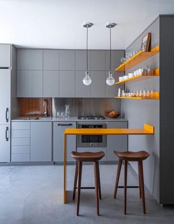 серый интерьер кухни с жёлтыми полками