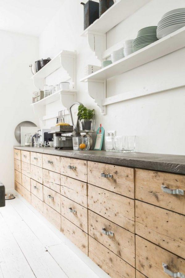 открытые белые полки на кухне