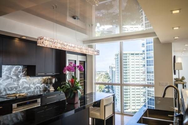 интерьер современной кухни с потолком