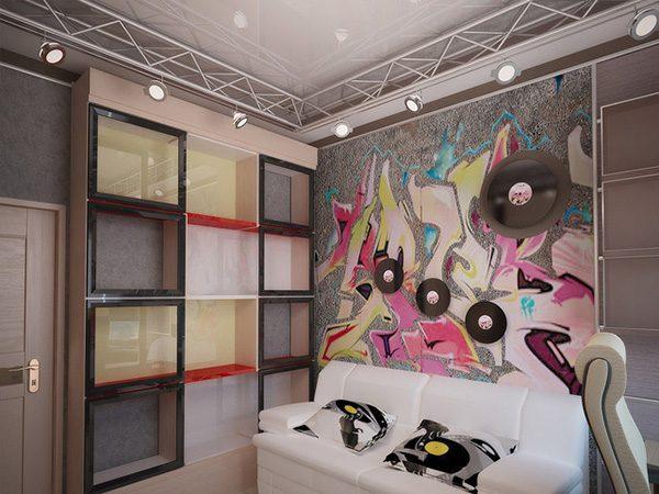 пластинки на стенах с серыми обоями