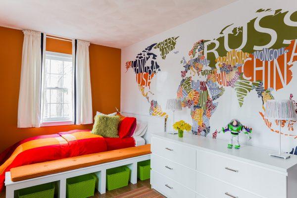 карта мира на стене в комнате подростка девочки
