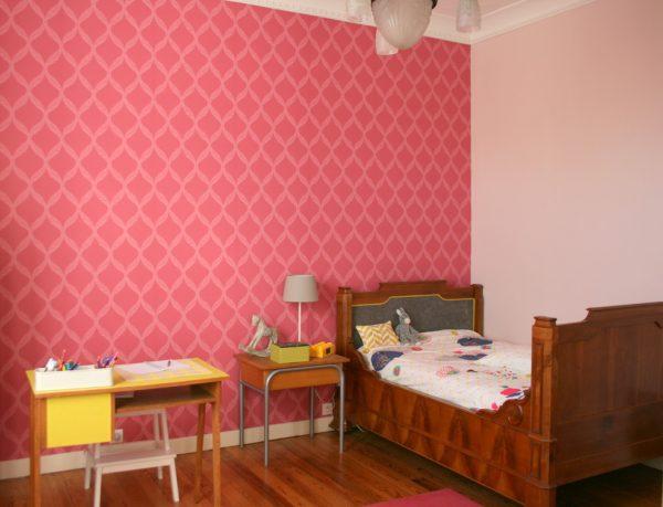 розовые обои в детской девочки подростка с дубовой кроватью