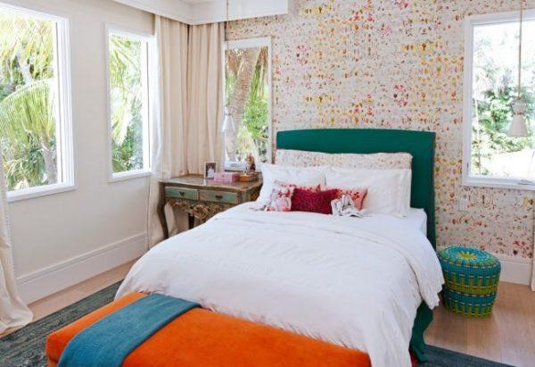 персиковые обои в комнате подростка