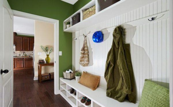 белая мебель в зелёной прихожей