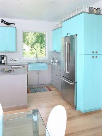 голубая кухня просторная