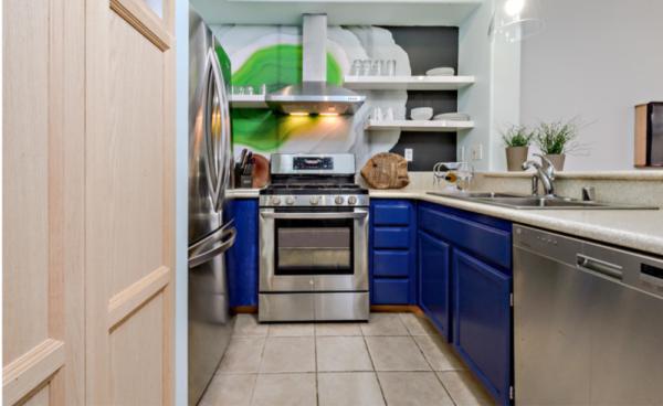 п образная кухня с синими фасадами