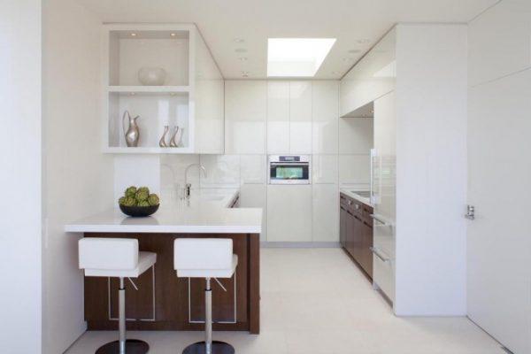 белая П-образная кухня с барной стойкой