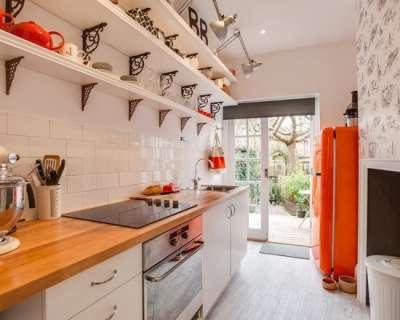 современная белая кухня с открытыми полками