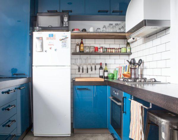 холодильник на синей кухне