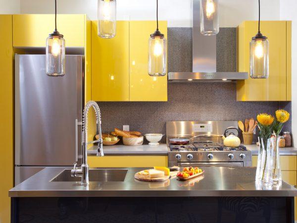 кухня с жёлтым интерьером