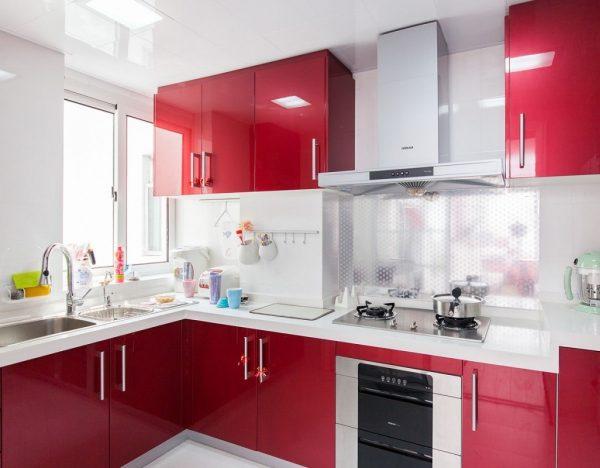 красная угловая кухня