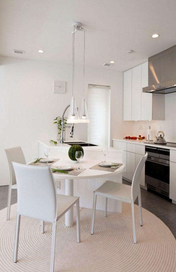 светлая кухня в квадратном помещении