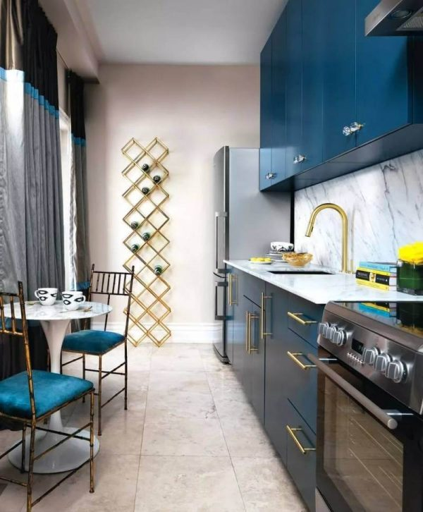 синяя прямолинейная кухня с высокими шкафами