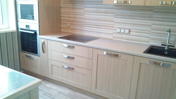 прямолинейная кухня с деревянными фасадами
