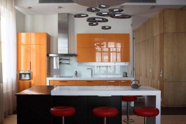 оранжевый красный и чёрный на кухне