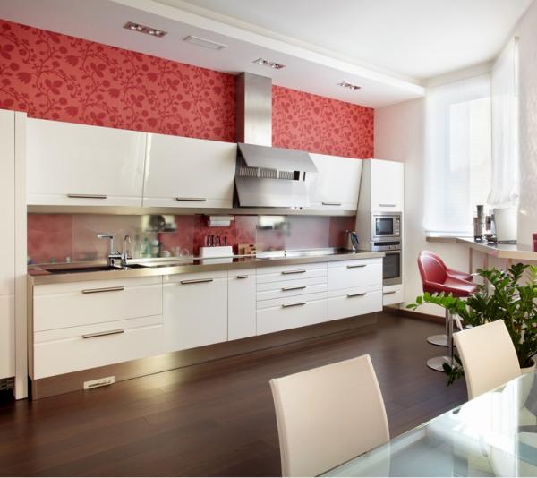 прямолинейная кухня с высокими потолками