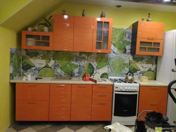оранжевая прямолинейная кухня на мансарде