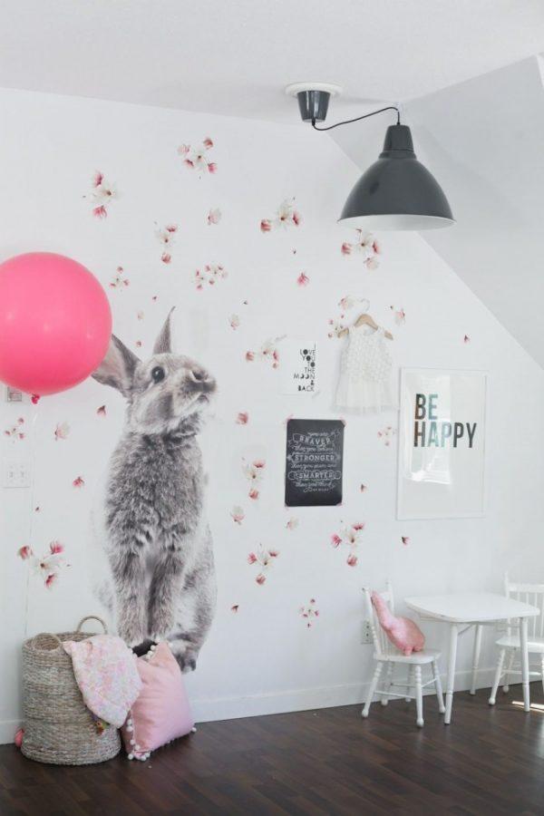 рисунок кролика на стене в детской комнате