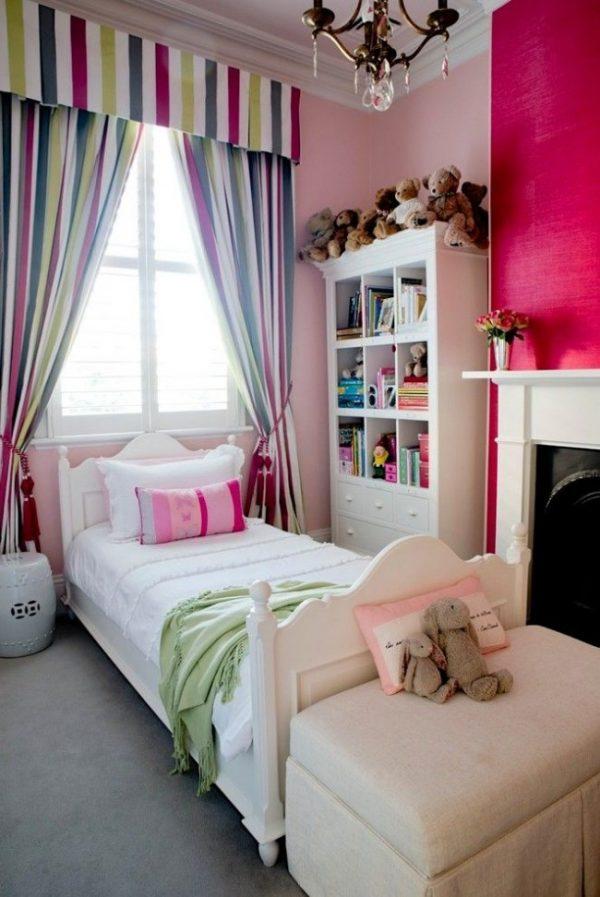 яркие полосатые шторы с ламбрекеном в комнате детей