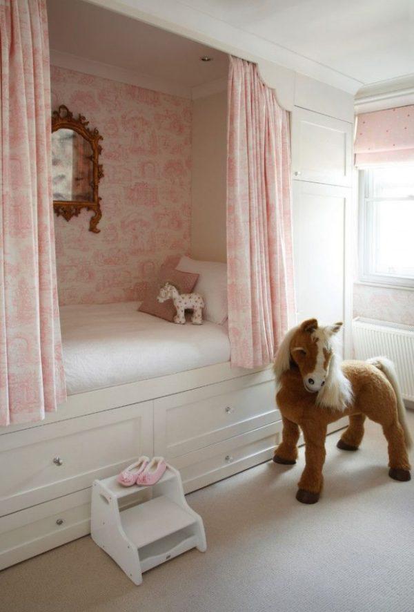 розовые шторы в детской в нише
