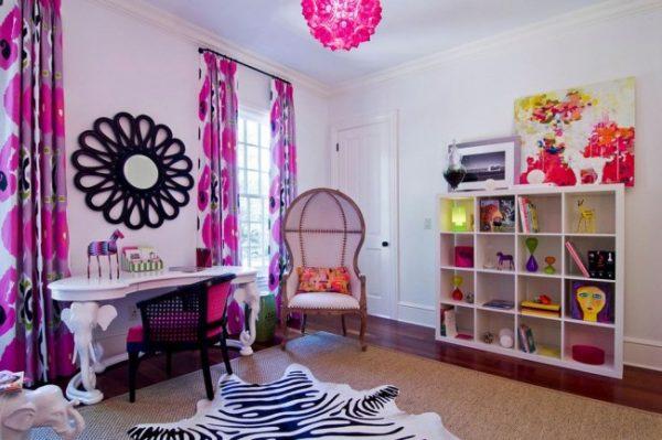 розовые шторы с крупными цветами в комнате детей