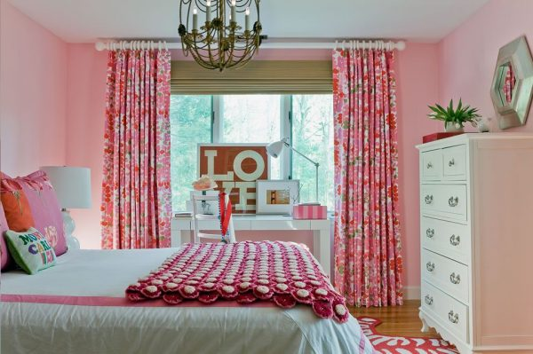 прямые розовые шторы в комнате ребёнка