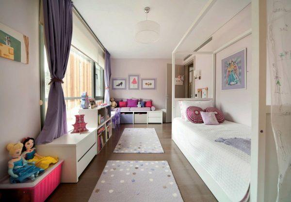 фиолетовые шторы в интерьере белой детской