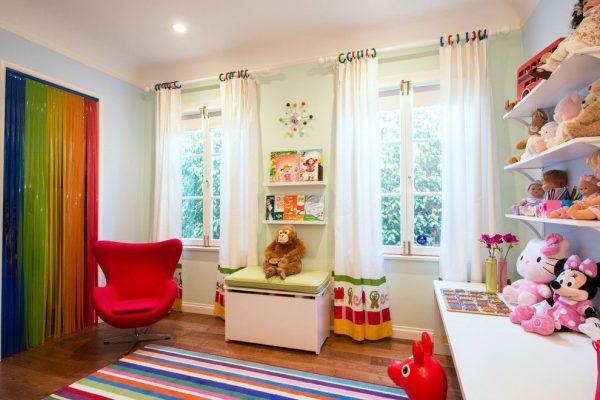 белые шторы с орнаментом в комнате ребёнка