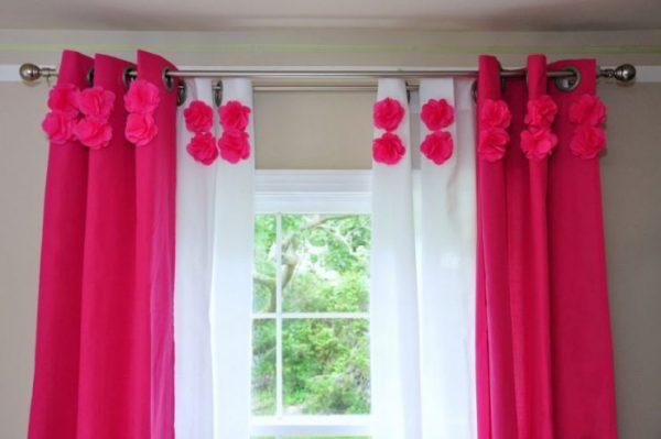 розовые яркие шторы с цветами в детской комнате