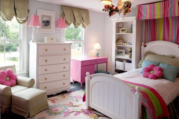короткие шторы на окнах и пёстрые над кроваткой