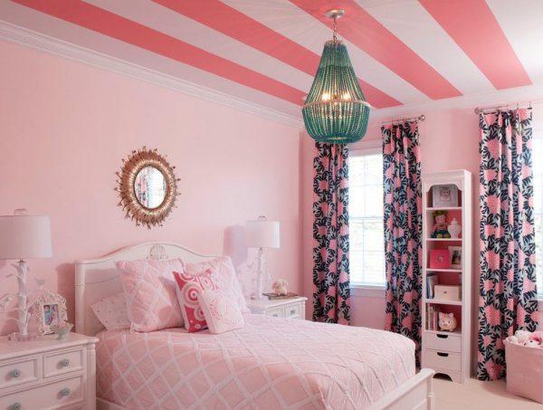 яркие шторы в розовой комнате девочки