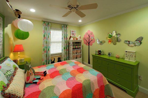 зелёные шторы в детской
