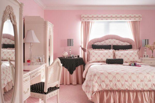 розовые шторы с жалюзи в комнате девочки подростка
