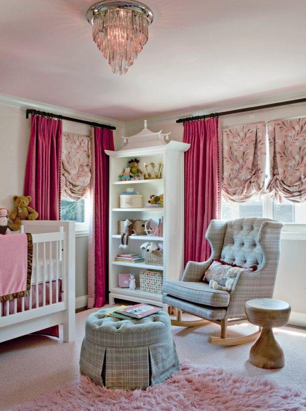 розовые шторы с подхватами и прямые в детской