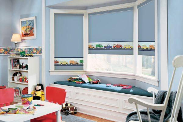 голубые шторы рулонные в детской комнате с машинками