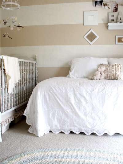 взрослая спальня с кроваткой