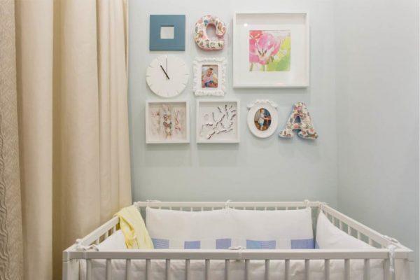 декор на стенах спальни с кроваткой