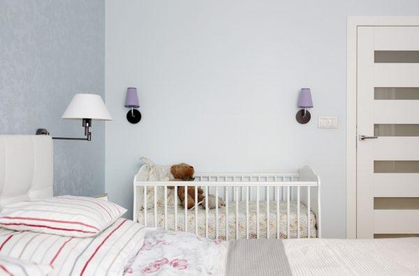 светлый интерьер спальни с кроваткой