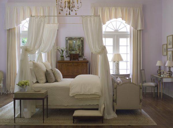 кровать с балдахином и кроватка в спальне