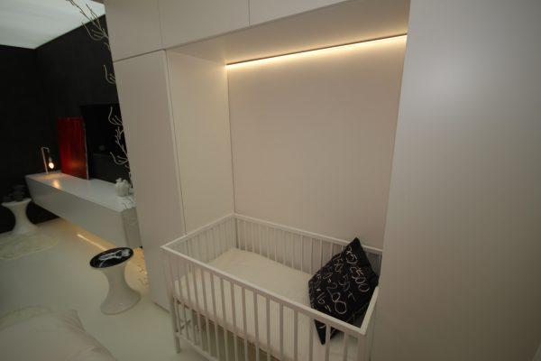 кроватка в спальне с подсветкой