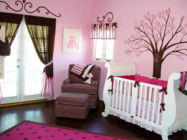 розовый интерьер спальни с кроваткой